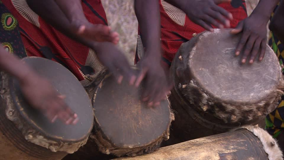 791673308-makishi-tocar-el-tambor-tambor-instrumento-musical-zambia