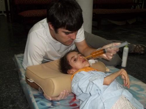 Mikel atendiendo a una enferma